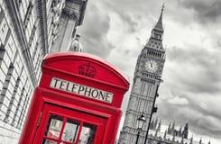 minut 5 för `-klocka för nolla 12 i London på den stora benen med röd teleph Arkivfoto