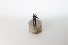 Minuta pacnięcie postaci stojak na monetach Obraz Royalty Free