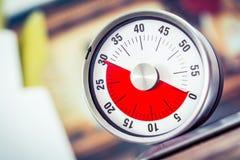 30 Minuten - analoger Küchen-Timer auf Cooktop Lizenzfreies Stockbild