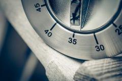 35 Minuten - Makro eines analogen Chrome-Küchen-Timers auf hölzerner T Lizenzfreies Stockfoto