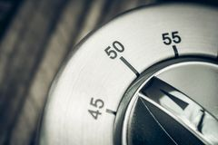 50 Minuten - Makro eines analogen Chrome-Küchen-Timers auf hölzerner T Lizenzfreie Stockbilder