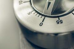 0 Minuten - 1 Stunde - Makro eines analogen Chrome-Küchen-Timers auf Holztisch Stockfoto