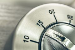 15 Minuten - Viertel-Stunden- Makro eines analogen Chrome-Küchen-Timers auf Holztisch Stockfoto