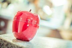10 minuter - röd kökäggklocka i Apple Shape Fotografering för Bildbyråer