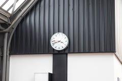 Minuterie classique d'horloge de station de train en Suisse l'Europe photographie stock libre de droits