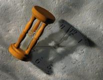 Minuterie d'oeufs et visage d'horloge Photo stock