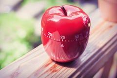 Minuterie minute d'oeufs de la cuisine 25 dans la forme d'Apple se tenant sur un Handrai Photo stock
