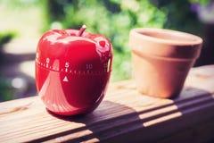 Minuterie minute d'oeufs de la cuisine 5 dans la forme d'Apple se tenant sur une balustrade Photos libres de droits