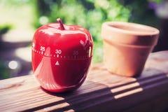 Minuterie minute d'oeufs de la cuisine 30 dans la forme d'Apple se tenant sur une balustrade Photo stock