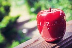 Minuterie minute d'oeufs de la cuisine 10 dans la forme d'Apple se tenant sur une balustrade Photographie stock