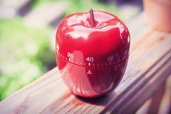 Minuterie minute d'oeufs de la cuisine 40 dans la forme d'Apple se tenant sur une balustrade Photographie stock