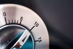 10 minutes - macro d'une minuterie analogue de cuisine de Chrome avec le fond foncé Images stock