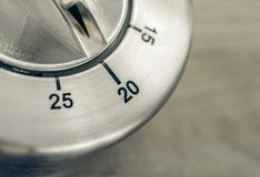 20 minutes - macro d'une minuterie analogue de cuisine de Chrome sur le Tableau en bois Photos libres de droits