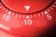 10 minutes - macro d'une minuterie rouge plate d'oeufs de cuisine Photos libres de droits