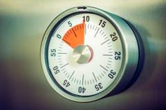 10 minutes - minuterie analogue de cuisine placée sur un réfrigérateur Image libre de droits