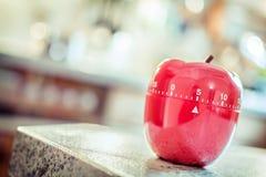 5 minuti - temporizzatore rosso dell'uovo della cucina nella forma di Apple Immagine Stock
