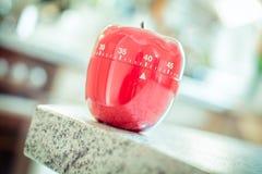 40 minuti - temporizzatore rosso dell'uovo della cucina nella forma di Apple Fotografie Stock Libere da Diritti