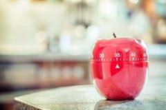 35 minuti - temporizzatore rosso dell'uovo della cucina nella forma di Apple Immagini Stock