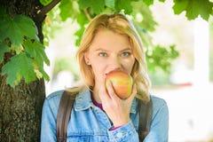 Minuto de la toma a relajarse Rotura para el bocado El estudiante come el fondo de la naturaleza de la fruta de la manzana defocu fotografía de archivo libre de regalías