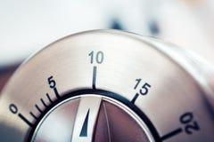 10 minutos - contador de tiempo análogo de la cocina de Chrome Fotos de archivo libres de regalías