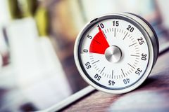 10 minutos - contador de tiempo análogo de la cocina en encimera al lado de Cooktop Fotografía de archivo