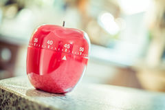 45 minutos - contador de tiempo rojo del huevo de la cocina en la forma de Apple Imagenes de archivo