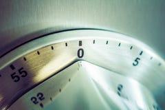 0 minutos - 1 hora - temporizador análogo da cozinha de Chrome colocado em um refrigerador fotos de stock