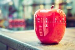 0 minutos - 1 hora - temporizador vermelho do ovo da cozinha na forma de Apple na bancada Imagem de Stock