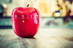 0 minutos - 1 hora - temporizador vermelho do ovo da cozinha na forma de Apple em uma tabela Imagem de Stock