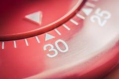 30 minutos - macro de um temporizador vermelho liso do ovo da cozinha Imagens de Stock Royalty Free