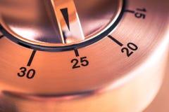 25 minutos - macro de un contador de tiempo análogo de la cocina de Chrome Foto de archivo