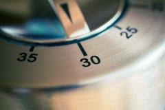 30 minutos - macro de un contador de tiempo análogo de la cocina de Chrome Foto de archivo libre de regalías