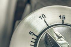 10 minutos - macro de un contador de tiempo análogo de la cocina de Chrome en la tabla de madera Imagen de archivo libre de regalías