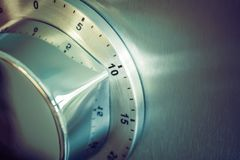 10 minutos - temporizador análogo da cozinha de Chrome colocado em um refrigerador Imagem de Stock Royalty Free