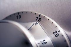 15 minutos - temporizador análogo da cozinha de Chrome colocado em um refrigerador imagem de stock royalty free