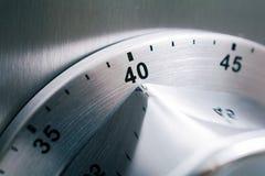 40 minutos - temporizador análogo da cozinha de Chrome colocado em um refrigerador foto de stock
