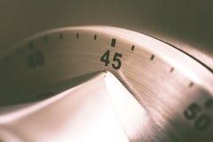 45 minutos - temporizador análogo da cozinha de Chrome colocado em um refrigerador imagens de stock