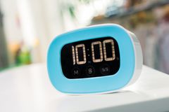 10 minutos - temporizador azul da cozinha de Digitas na tabela branca Imagens de Stock Royalty Free