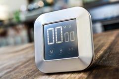 0 minutos - temporizador da cozinha de Digitas Chrome na tabela de madeira Fotografia de Stock Royalty Free
