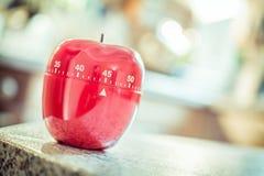 45 minutos - temporizador vermelho do ovo da cozinha na forma de Apple Imagens de Stock