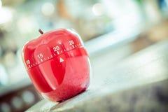 20 minutos - temporizador vermelho do ovo da cozinha na forma de Apple Fotografia de Stock