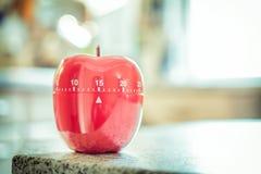 15 minutos - temporizador vermelho do ovo da cozinha na forma de Apple Fotografia de Stock