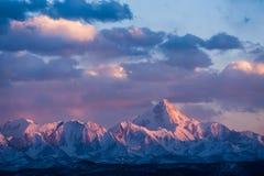 Minya Konka, самая высокая гора в Сычуань, Китае, в солнцах Стоковое Изображение
