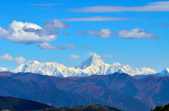 Minya Konka pod bielem i niebieskim niebem chmurnieje zdjęcie royalty free