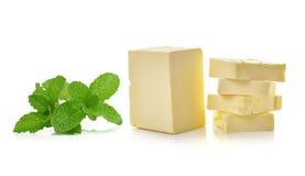 Minze und Stock von Butter auf weißem Hintergrund Stockbild