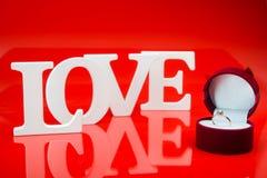 Miłość słowa i złoty pierścionek Zdjęcia Stock