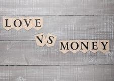 Miłość vs pieniądze papieru listów symbolu motywaci znak Obrazy Royalty Free