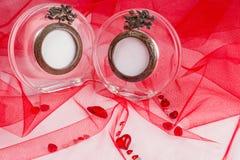 Miłości karta z szklaną fotografii ramą na czerwonej tkaninie Zdjęcia Stock