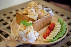 Miodowa grzanka, Chlebowa maślana grzanka Składać się z chleb nakrywający z miodem Strona batożąca śmietanka, waniliowy lody, ban Zdjęcie Stock