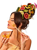 Miodowa twarzowa maska z świeżymi owoc dla włosy i skóra na kobiecie przewodzimy Obrazy Stock